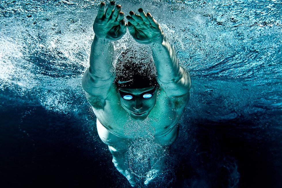 Спортсмен плывет под водой