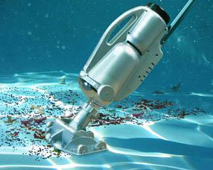 Подводный пылесос собирает мусор со дна