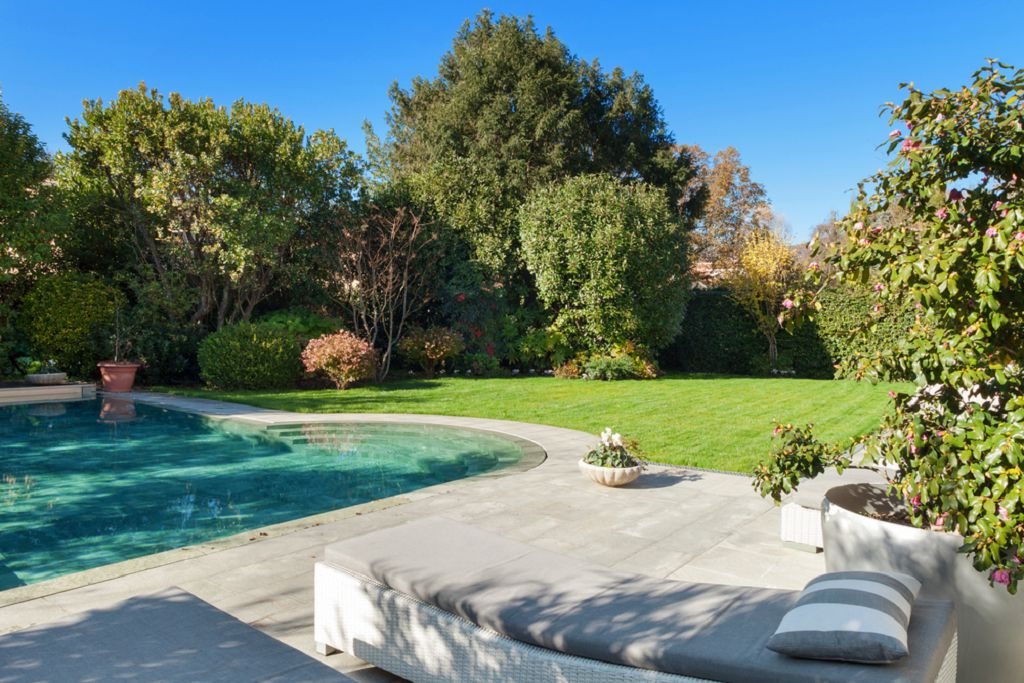 бетонная плитка у бассейна