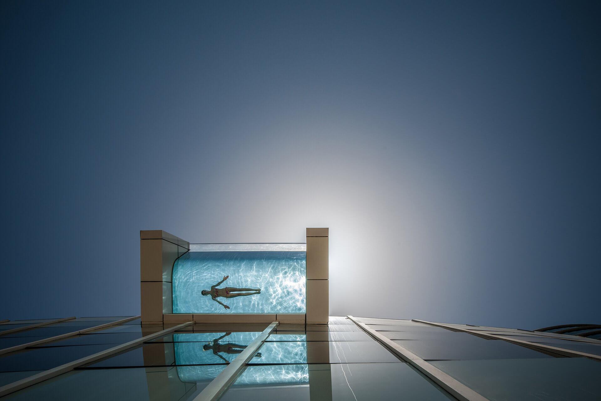 свисающий бассейн