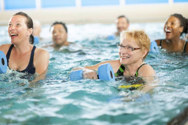 Упражнения в бассейне для позвоночника: виды, рекомендации врача, работа групп мышц, положительная динамика, показания и противопоказания