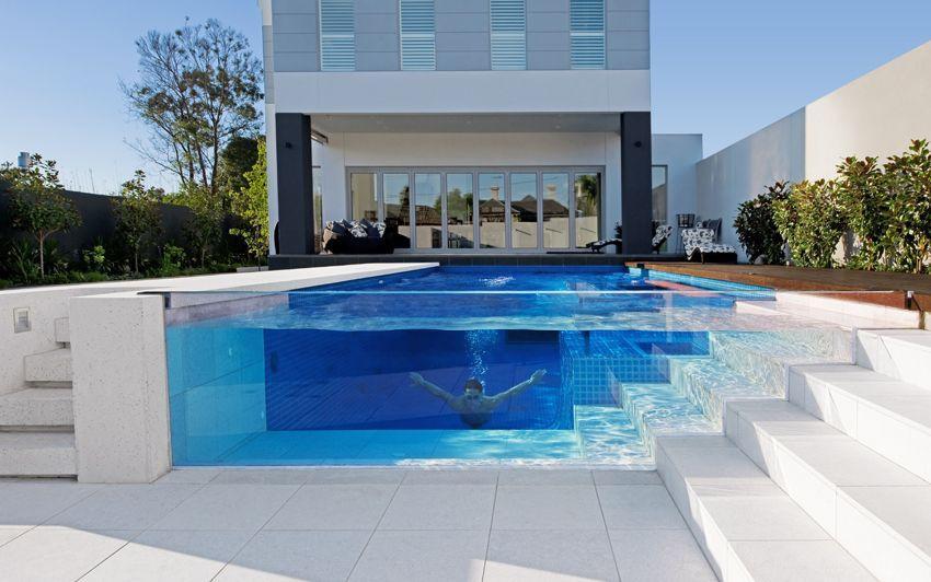 Бассейн со стеклянной стеной свободный от затенения деревьями