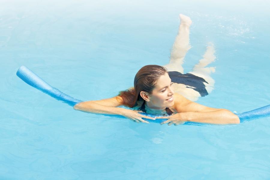 Упражнения для спины выполняют при помощи специального оборудования или простого каната