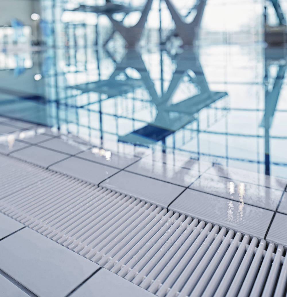 поперечная переливная решетка для бассейна EMCO
