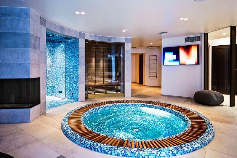 Красиво оформленная купель станет настоящим украшением банного комплекса