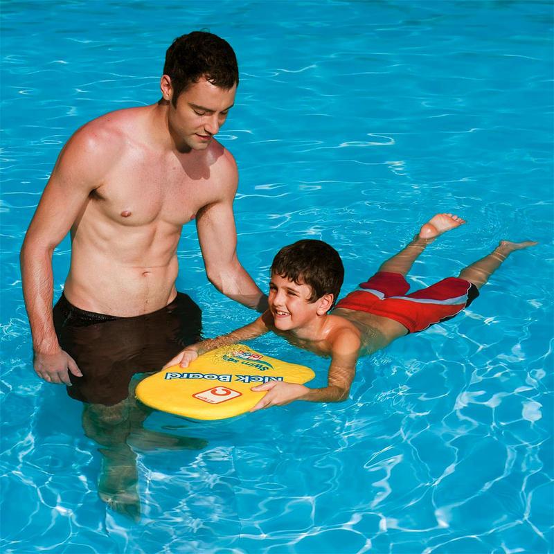 На начальном этапе обучения ребенка обеспечьте его плавательной доской и поддерживайте, чтобы избавить от страха воды