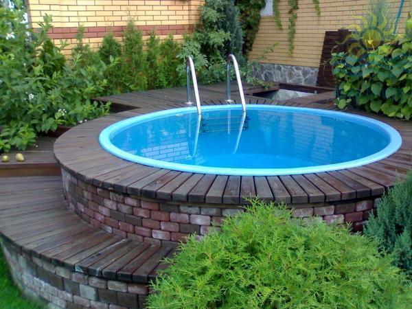 При создании декора бассейна стоит учитывать стиль, в котором выполнен двор