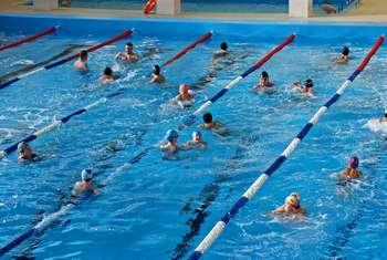 Массовое купание в бассейне