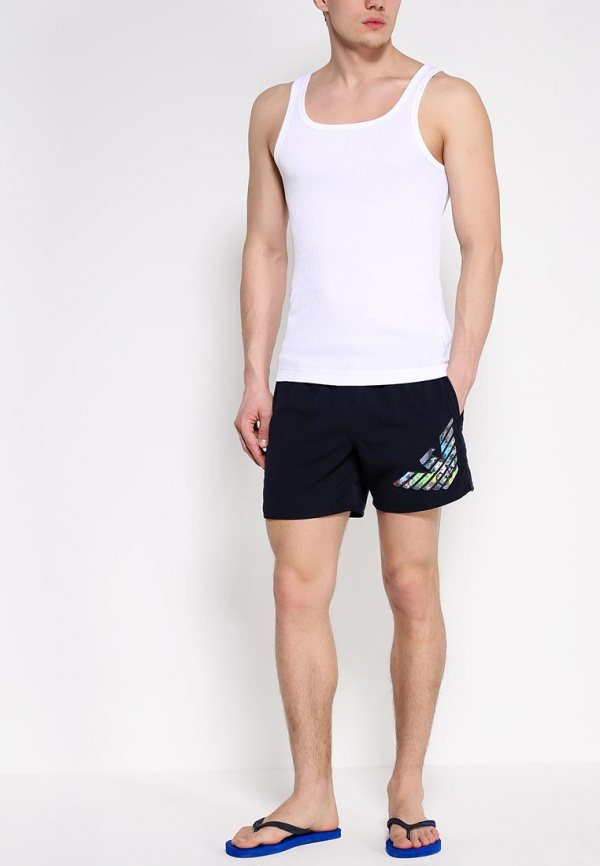 мужчина в белой футболке и черных шортах бренда Emporio Armani