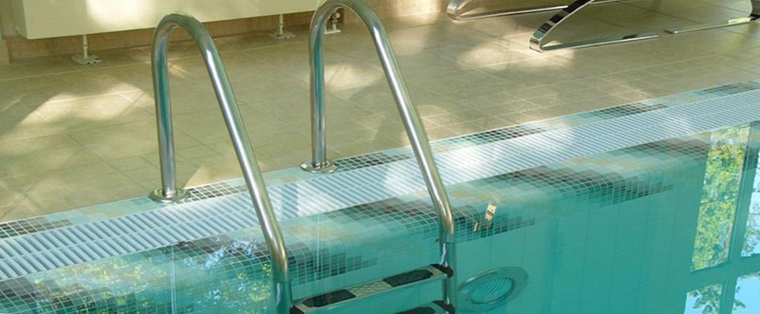 накладки против скольжения на лестнице для бассейна