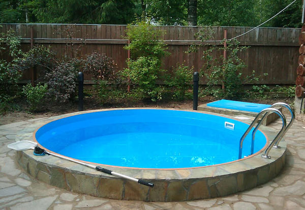 Круглый бассейн с отделкой из дикого камня