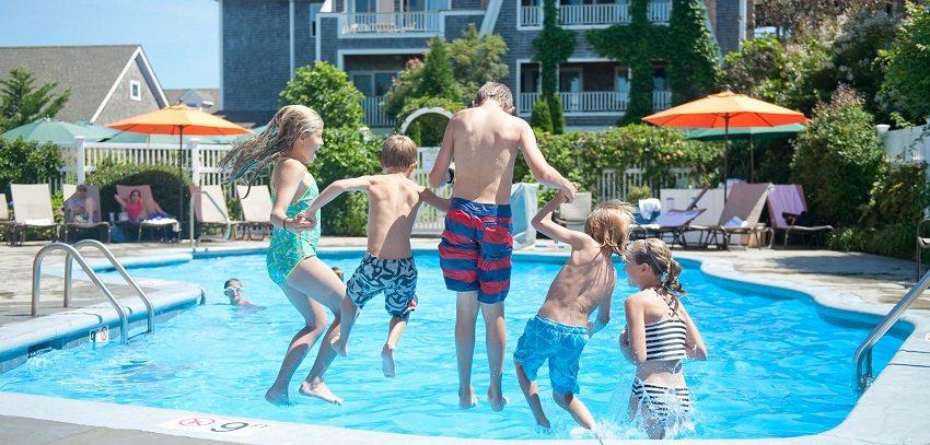 Плавать в чистой, прозрачной воде, которая абсолютно безопасна для организма человека, намного приятнее