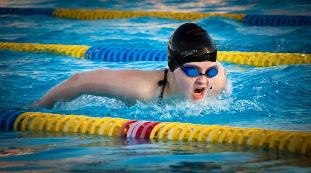 какая польза от плавания в бассейне