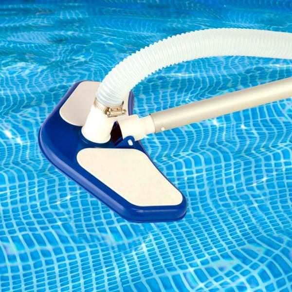 Пылесос для бассейна помогает с очисткой осадка, а также налета, который образуется по ватерлинии