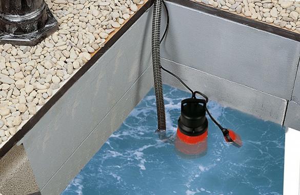 погружной насос для откачки воды в бассейне