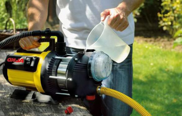 поверхностный насос для откачки воды в бассейне