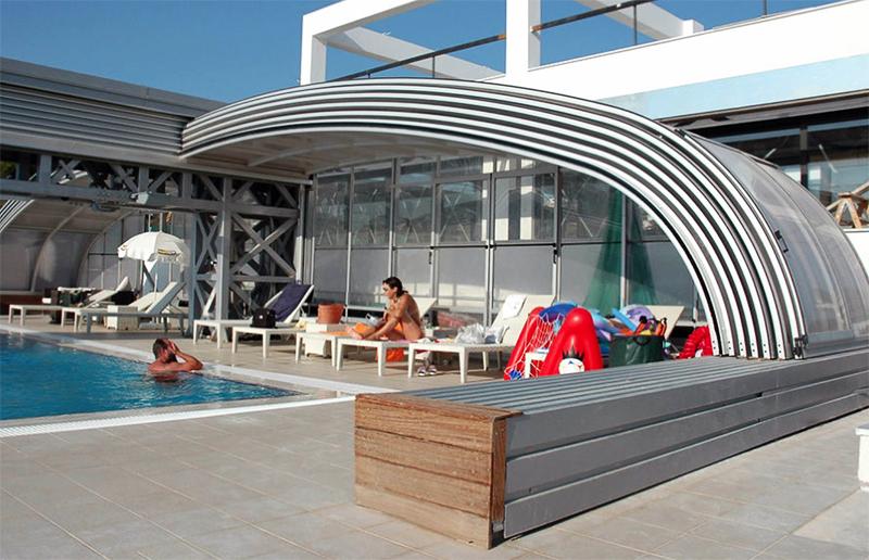 Полуоткрытый павильон частично защитит водоём от дождя или солнца