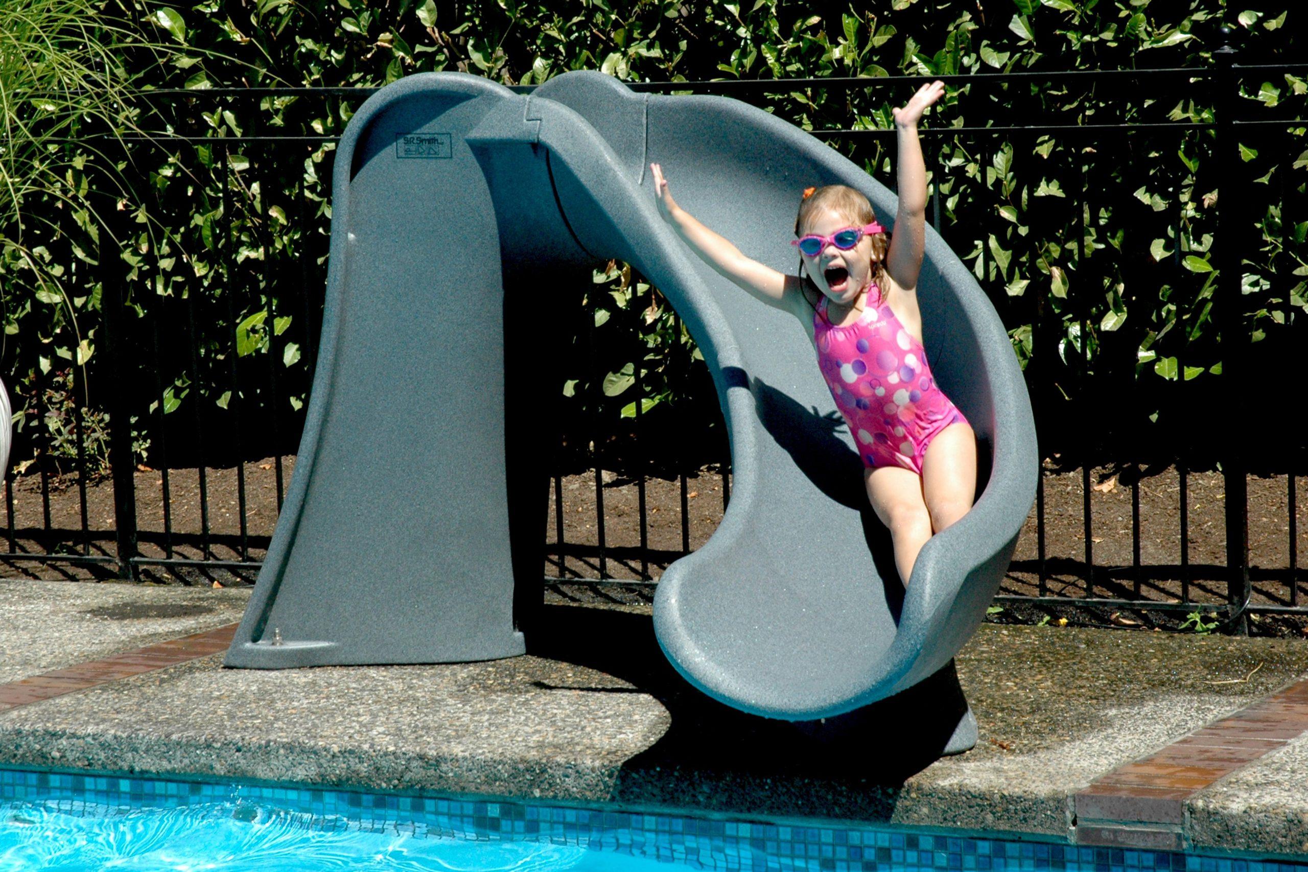 Развлекательное оборудование делает отдых у бассейна разнообразным и веселым