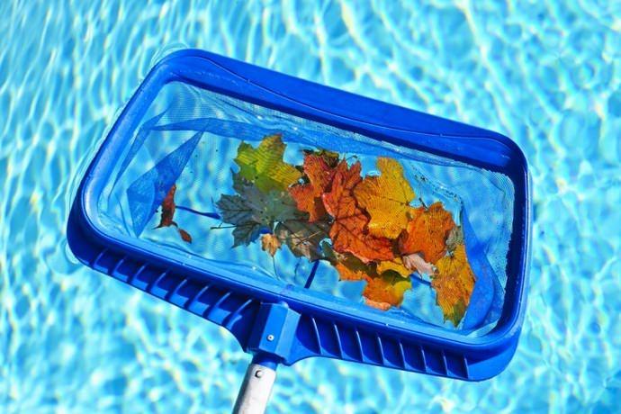 Чистить бассейны требуется минимум пару раз в год, в период подготовки к сезону и непосредственно перед закрытием