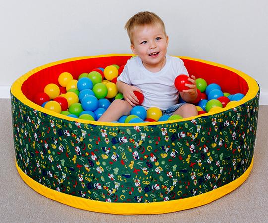 Ребенок в сухом бассейне