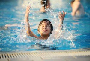 Бассейн, в котором купаются дети, нужно постоянно содержать в чистоте и регулярно очищать воду