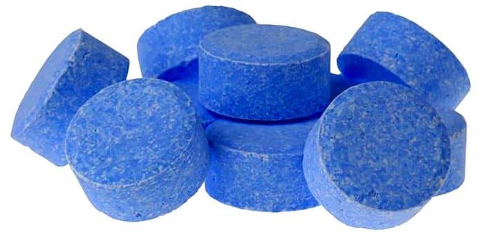 Таблетированной продукцией пользоваться удобно и просто. Особенно хорошо они помогают от цветения воды