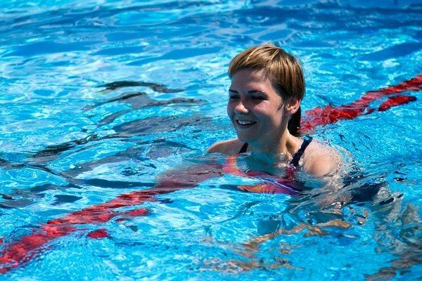 Учится плавать