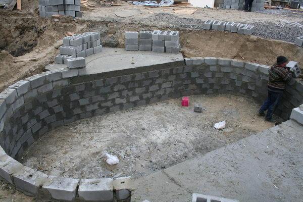 Укладка бассейна из блоков