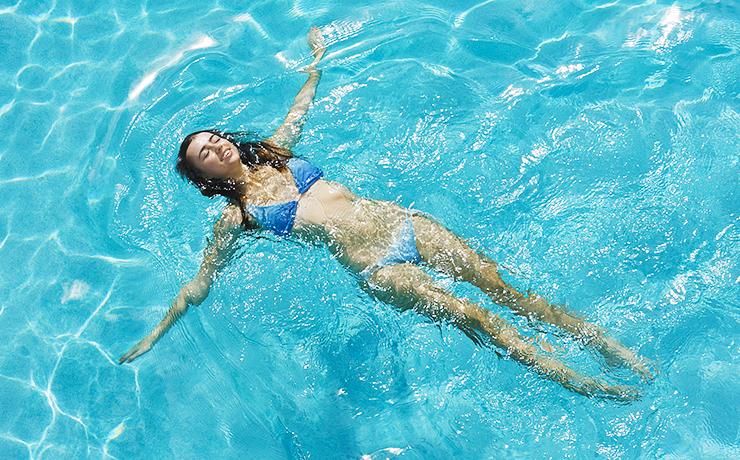 В воде нагрузка на позвоночник снижается до минимума