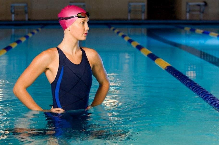 Основная рекомендация при обучении – начинать тренироваться в неглубоком бассейне с опытным тренером, который умеет хорошо плавать